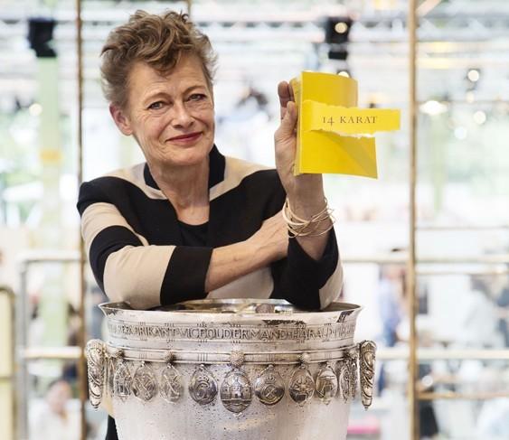Guldsmed Jytte Kløve vinder 14 KARATkonkurrencen. Her ved guldsmedelauget sølvbowle. Foto: Dorte Krogh