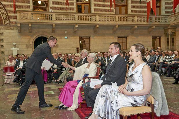 Det Københavnske Håndværks Medaljeoverrækkelse 16 maj 2017, Foto: Søren Wesseltoft. Guldsmed Emil Keil Jensen modtager sølvmedalje.