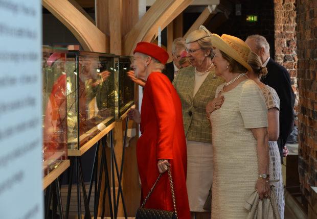 H.K.H.Dronning Margrethe præsenteres for værkerne på Nomineringsudstillingen på Koldinghus