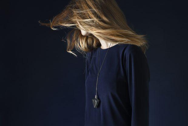 """""""Giver slip"""", halssmykke af Marie Rimmen fra serien """"Nattens Dronning"""", oxyderet sølv og 18 kt. hvidguld. Foto: Dorte Krogh"""