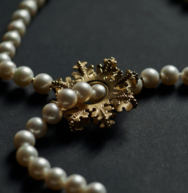 Oldermand DIana Holstein har designet Håndværkslaugenes gave til H.M. Dronningens 80-års fødselsdag